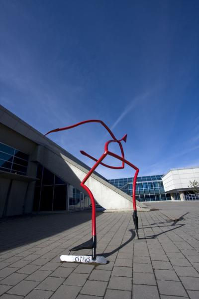 Photo de Le Patineur de Vitesse, sculpture next to the Olympic Oval, is a tribute to Gaetan BoucherCalgary - le Canada