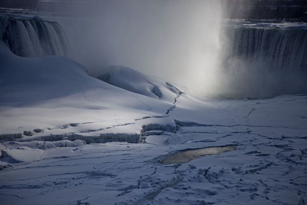 Looking towards the Horseshoe falls over the frozen Niagara river | Cascate del Niagara gelate | Canada