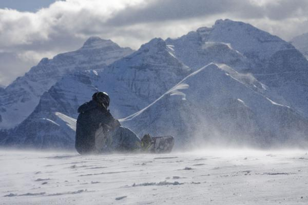 Photo de Snowboarder putting his boots on at the Top of the World - le Canada - Amérique