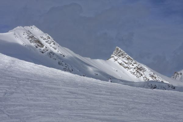 Picture of Lake Louise skiing (Canada): Snow covered mountain peaks in the Lake Louise area