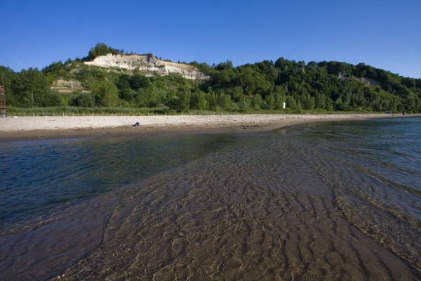 Foto van Early summer morning with beach and Cathedral Bluffs - Canada - Amerika