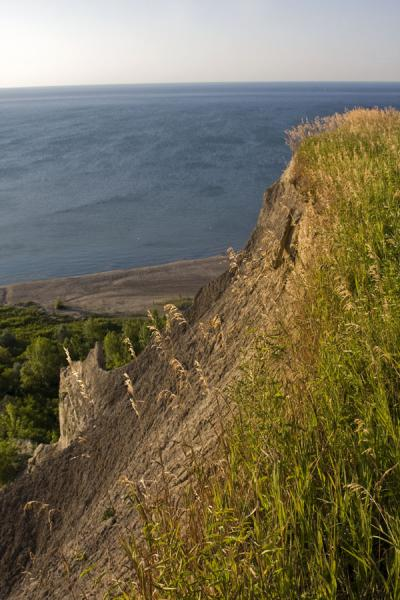 Looking down at Lake Ontario with Cathedral Bluffs in the foreground | Falaises de Scarborough | le Canada
