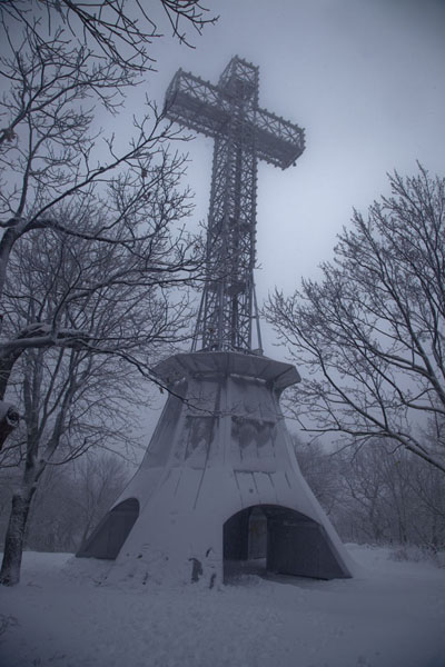Foto di The iron cross on top of Mont RoyalCamminare a racchette a Montreal - Canada
