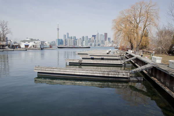 Foto di Small harbour on South Island with skyline of Toronto in the backgroundToronto Islands - Canada