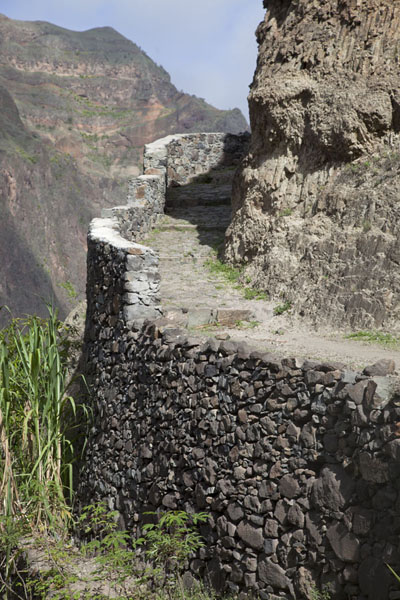 Picture of Coculi to Rabo Curto hike (Cape Verde): The curved path between Pia de Cima and Agriões