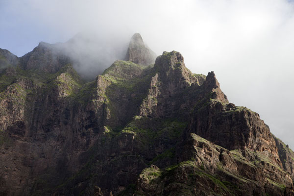 Clouds whirling around the peaks of a mountain range above Coculi | Coculi to Rabo Curto hike | Cape Verde