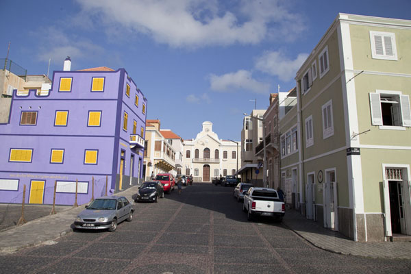 Street in Mindelo with the Municipal house in the background | Mindelo | Kaap-Verdië
