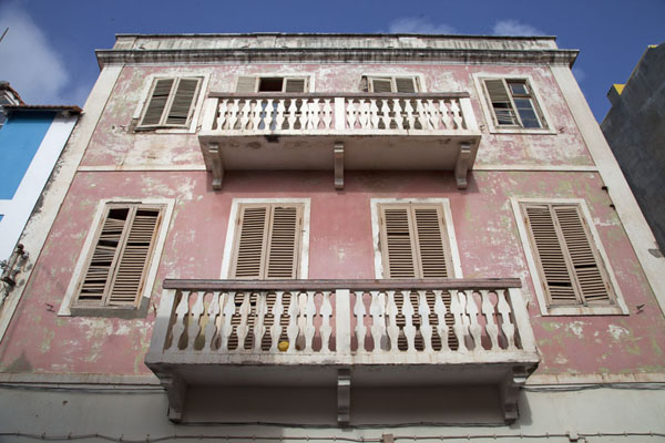 Looking up a pink colonial house in the centre of Mindelo - 维德角群岛
