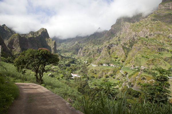 Road leading into Ribeira do Paúl | Paul to Peneda via Cova | 维德角群岛