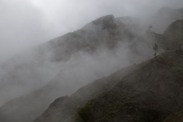 Foto di Clouds swirling around the mountains above Ribeira da PenedaCova - Capo Verde