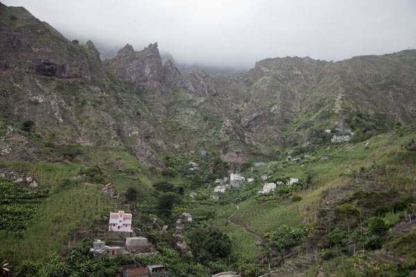 Ribeira da Peneda and mountains under a layer of clouds | Paul to Peneda via Cova | Cape Verde
