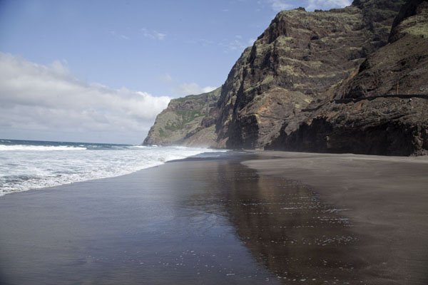 The black sand of a beach east of Cruzinha da Garça | Ponta do Sol to Chã de Igreja | Kaap-Verdië