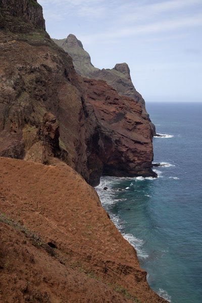 Photo de The barren rocky mountains dropping right into the ocean west of Punta do SolPonta do Sol to Chã de Igreja - Cap-Vert