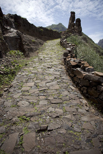 Foto van Stone path with volcanic walls at the topPonta do Sol to Chã de Igreja - Kaap-Verdië