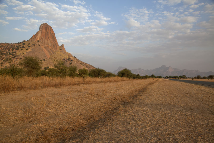 Photo de Afternoon view towards the east with some of the rocks of Ab Touyour on the leftAb Touyour - Tchad