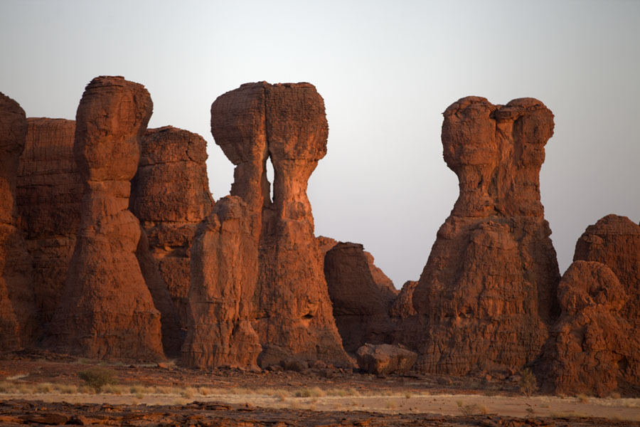 Foto de Rock formation resembling a kissing couple in the early morningAbaike Tassili - Chad