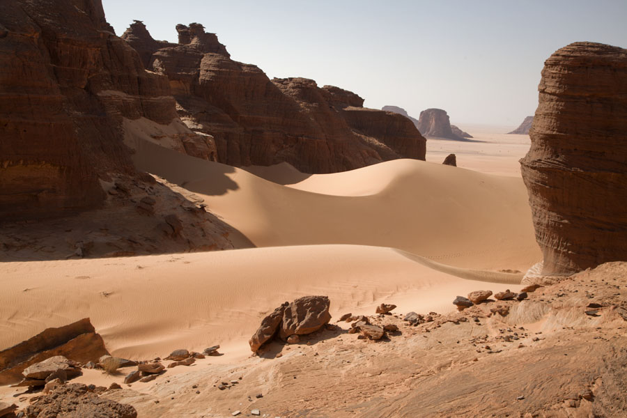 Foto van Sand dunes between rock formations - Tsjaad