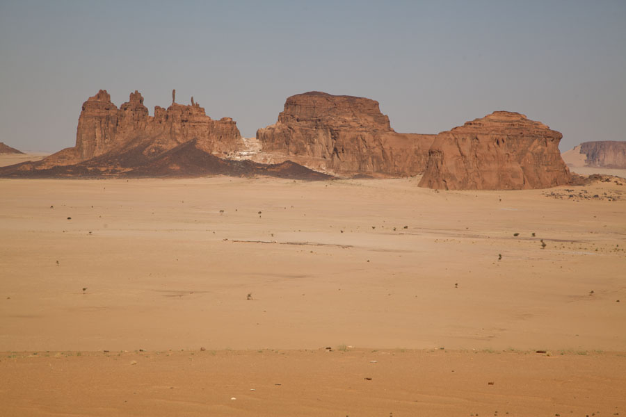 Foto van Rocky mountains and sandy desert floor in the Bichagara region - Tsjaad - Afrika