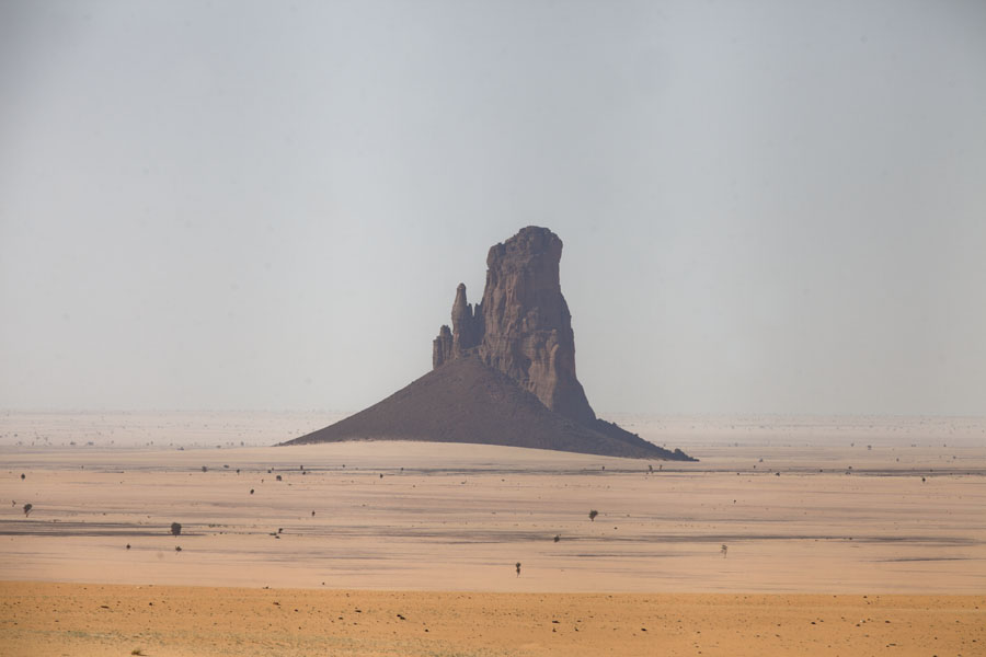 Steep rock formation floating in the desert | Bichagara | Tsjaad