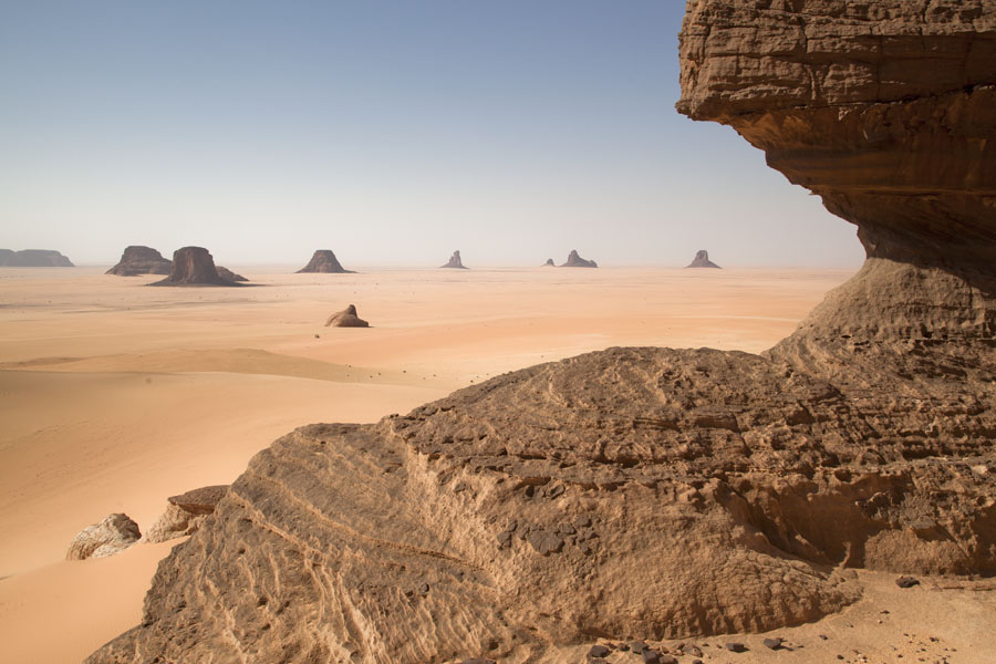 Foto di Ciad (Rock formations in the desert seen from a rocky outcrop)