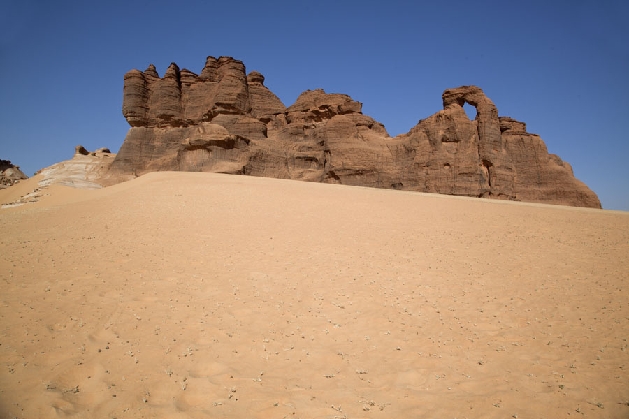 Foto van Rock formations with sand - Tsjaad