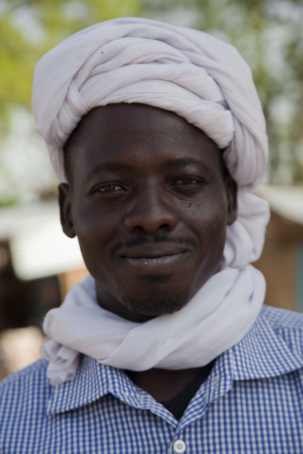 Foto de Proud, friendly face of a man at a market in central ChadChadianos - Chad