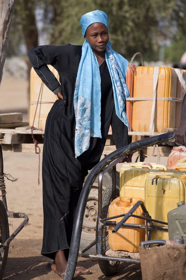 Slim and tall girl at a well in central Chad | Chadian people | 查德
