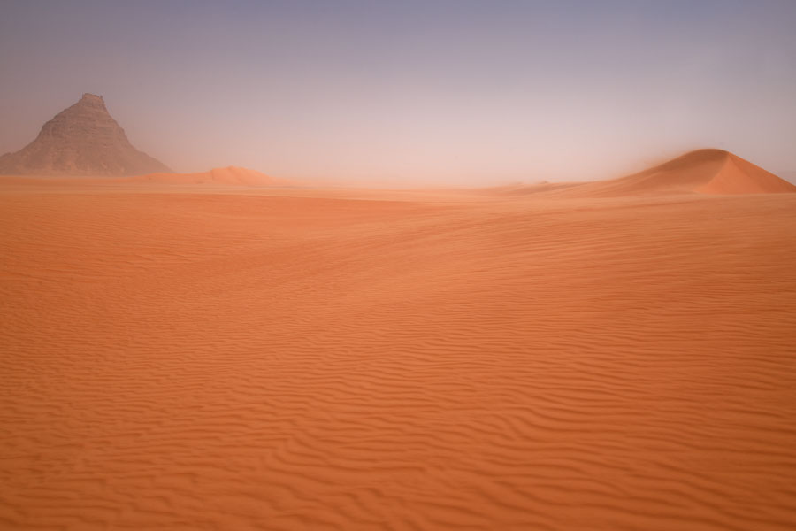 Foto van Mountain in the middle of an orange desert - Tsjaad - Afrika