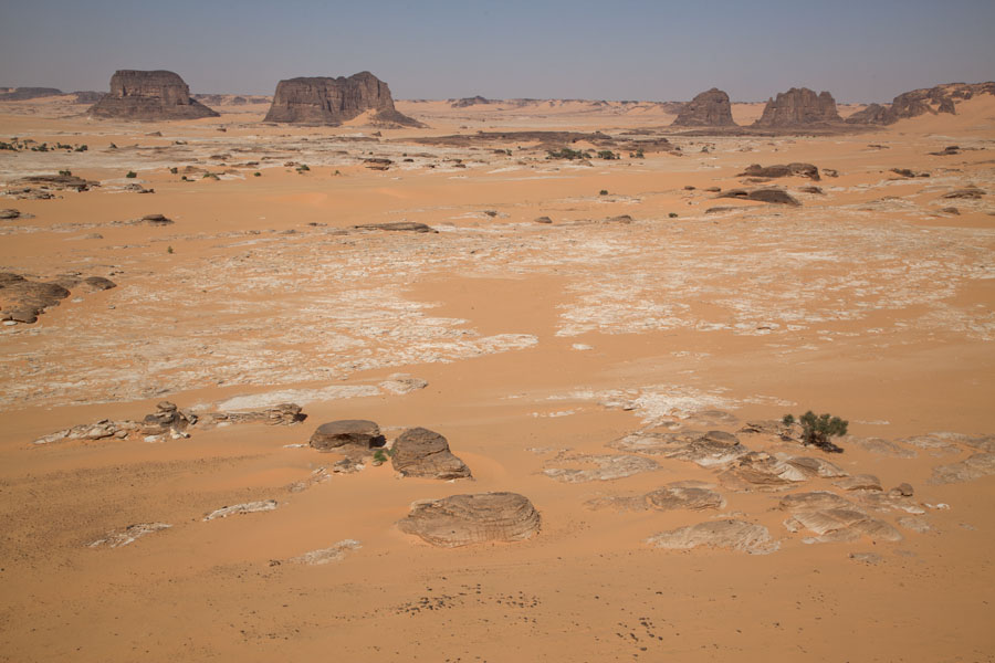 Plain with sand and rock formations | Koraa | Tsjaad