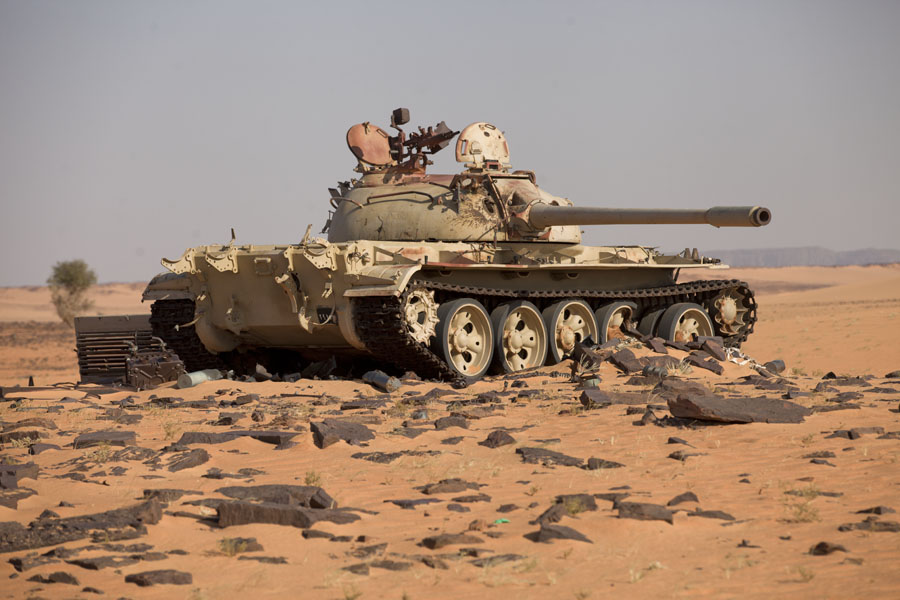 Foto van One of the tanks in the desert at Koraa, reminder of the Libyan-Chad conflict in the 1970s and 1980sKoraa - Tsjaad