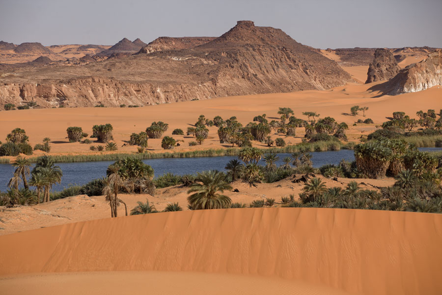 Foto van Tsjaad (Ounianga Serir, a fresh water lake in the middle of the desert)