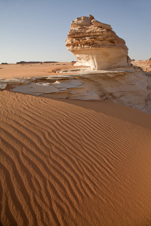 Rock formation rising from the desert near Ounianga Serir | Ounianga meren | Tsjaad