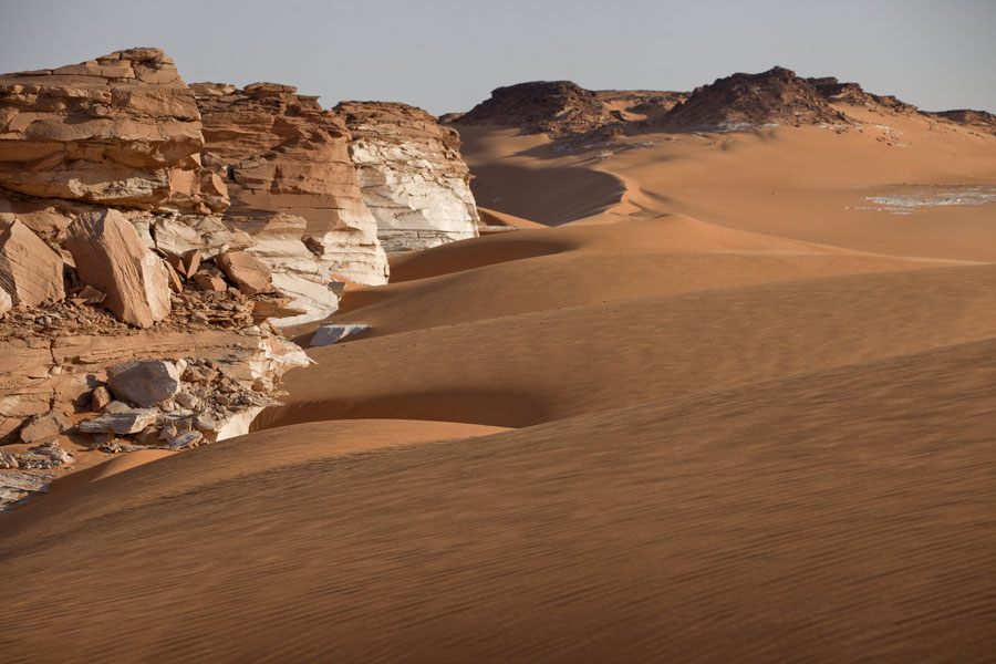 Foto van Landscape of sand and rocks near Ounianga Serir - Tsjaad - Afrika