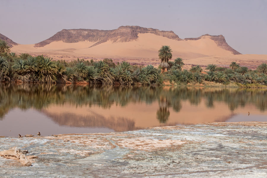 Photo de Rocky and sandy mountain reflected in a salt lakeTeguedei - Tchad