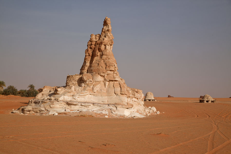 Rock formation in the desert near one of the many salt lakes | Teguedei Salt Lakes | 查德