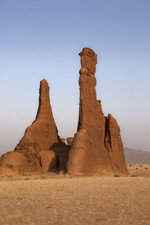Picture of Terkei Kisimi (Chad): Vertical rock walls standing in the desert at Terkei Kisimi