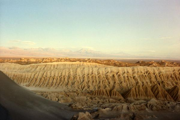 Foto di Barren landscape at the Valley of the Moon in Atacama DesertDeserto di Atacama - Cile