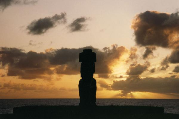 Photo de Statue on Easter Island overlooking the sea - le Chili - Amérique