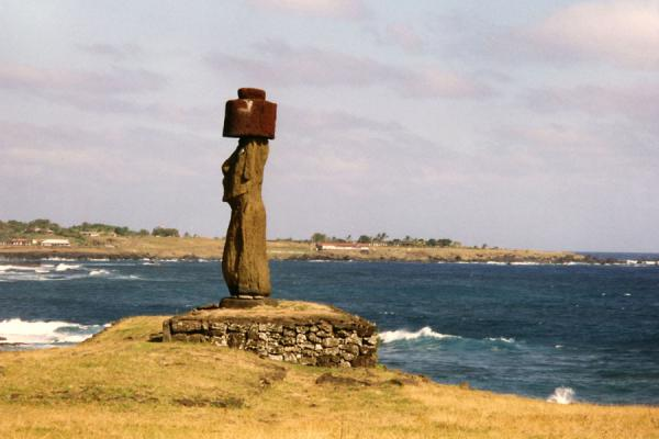 Foto van Statue re-erected on a platform near Hanga RoaPaaseiland - Chili