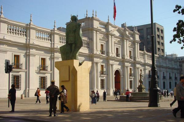 的照片 Statue of Allende looking onto the Moneda Palace智利圣地亚哥 - 智利