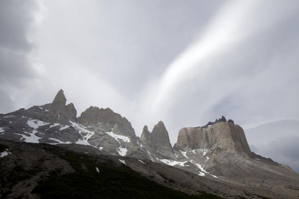 Foto van The Cuernos under a cloudy skyTorres del Paine - Chili