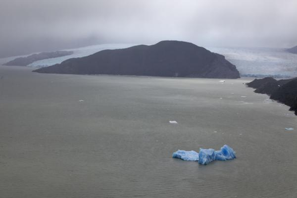 Iceberg in Lago Grey with Grey Glacier and La Isla in the background | 多累的八音 | 智利