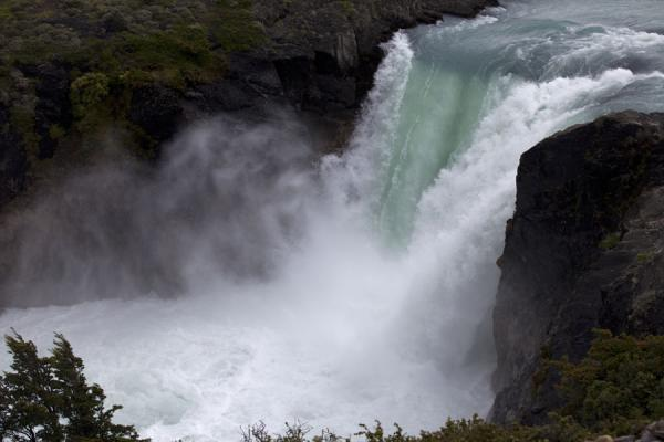 Foto di Powerful Salto Grande in the middle of Torres del Paine - Cile - America