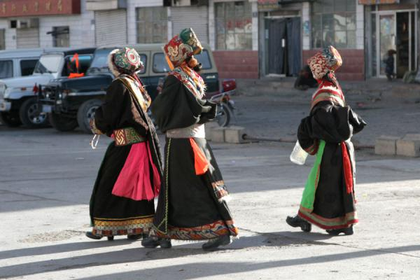 Traditionally dressed Tibetan women in the main street of Mato | Amdo Tibetans | China