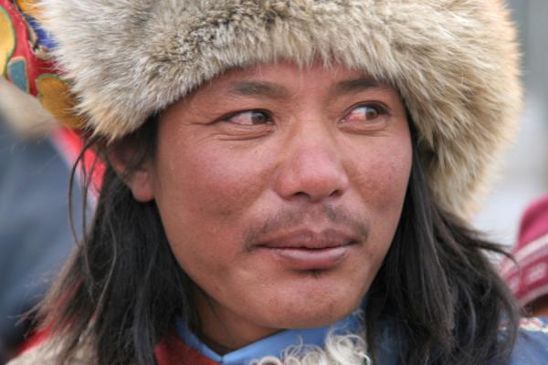 中国 (Amdo man with furry hat on his motorbike in Mato)