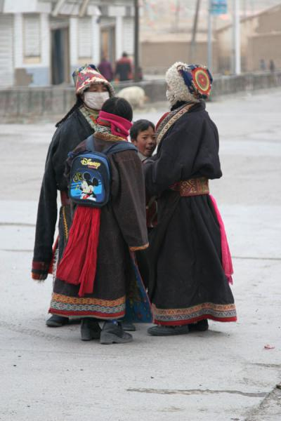 Woman and schoolkids in Mato | Amdo Tibetans | China