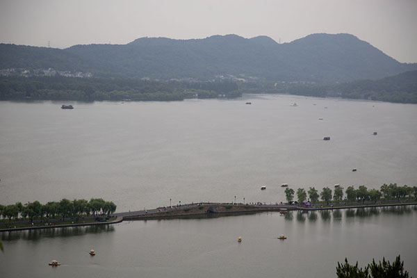 Foto van View of West Lake with Bai causeway in the foreground seen from a viewpoint on Baoshi mountainHangzhou - China