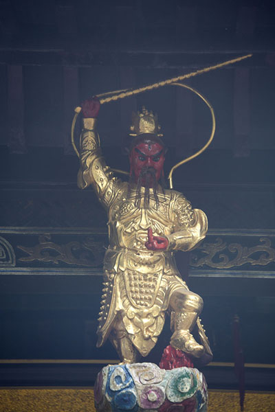 Foto de Statue above the entrance of Baopu TempleHangzhou - China