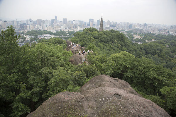 Looking over the rocks on the east side of Baoshi mountain towards Baochu Pagoda and Hangzhou city - 中国