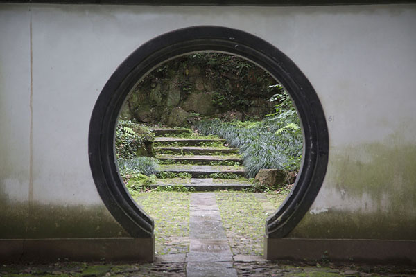 Photo de Looking through one of the gates on Baoshi mountainHangzhou - Chine